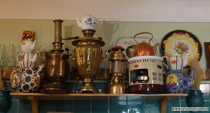 Collection de samovars anciens au restaurant Alak à Teheran