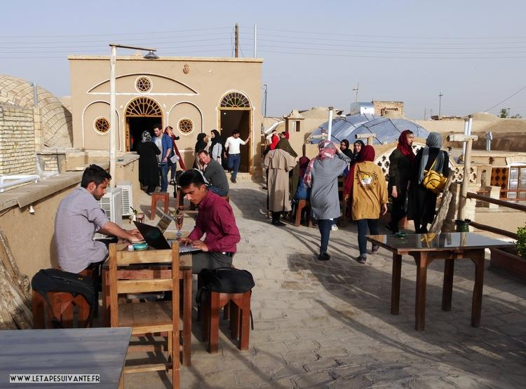 Rencontre de lycéens dans un café en rooftop en Iran