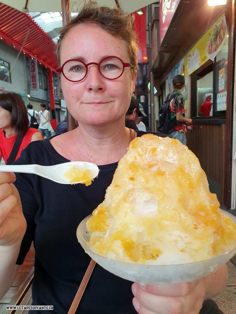 Kakigori au sirop et morceaux de mangue, rafraîchissant pendant le mois d'août au Japon !