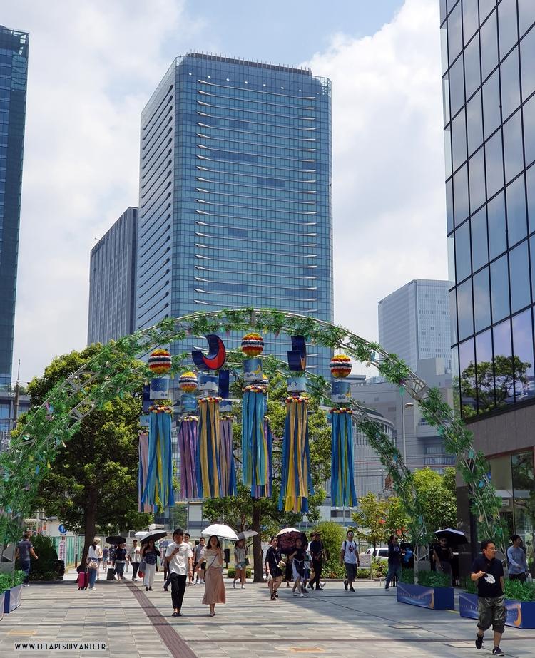 Les japonaises utilisent des ombrelles pour se protéger du soleil au Japon en août.