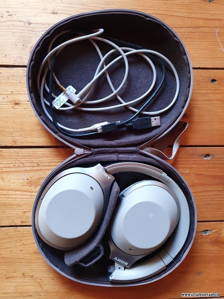 Avec le casque Sony WH-1000XM2N, une câble avec prise jack pour écouter la musique sans Bluetooth et un câble USB pour le charger
