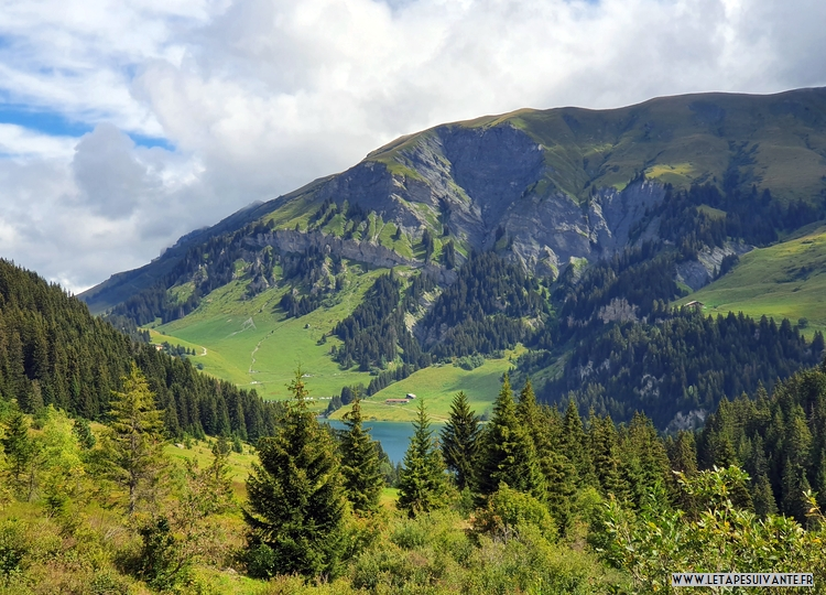 On grimpe ensuite vers le Col de la Louze et on voit le lac en dessous